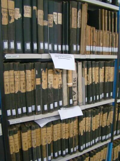 historische-genealogische-dokumente-im-archivregal